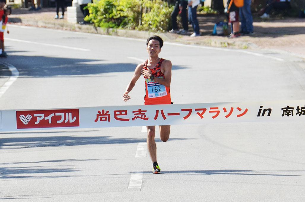ハーフ総合男子優勝 濱崎達規さん